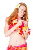 Fille dans le bikini dans des vêtements traditionnels hawaïens avec l'orange photographie stock
