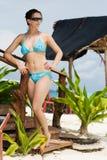 Fille dans le bikini dans les tropiques Photographie stock libre de droits
