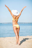 Fille dans le bikini posant sur la plage Photo stock
