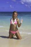 Fille dans le bikini rose à la plage Photographie stock libre de droits