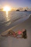 Fille dans le bikini sur la plage Photographie stock libre de droits