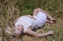 Fille dans le blé 2 photographie stock