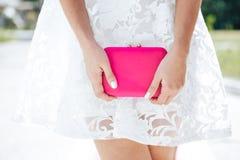 Fille dans le blanc bleu avec l'embrayage rose de sac Accessoires de vêtements de mode réglés images stock