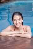 Fille dans le bord de la piscine Image stock