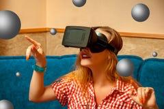 Fille dans le casque de réalité virtuelle Photographie stock