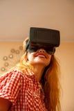Fille dans le casque de réalité virtuelle Photo libre de droits
