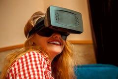Fille dans le casque de réalité virtuelle Photo stock
