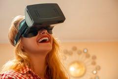 Fille dans le casque de réalité virtuelle Images stock