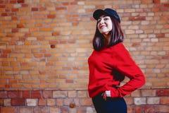 fille dans le chapeau au fond du mur de briques photographie stock libre de droits