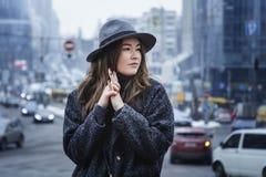 Fille dans le chapeau de feutre, marchant autour des rues de ville, jour nuageux, extérieur Photos libres de droits
