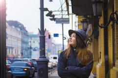 Fille dans le chapeau de feutre, marchant autour des rues de ville, jour nuageux, extérieur Images stock