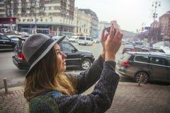 Fille dans le chapeau de feutre, marchant autour des rues de ville, jour nuageux, extérieur Photo stock