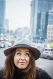 Fille dans le chapeau de feutre, marchant autour des rues de ville, jour nuageux, extérieur Image libre de droits
