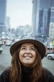 Fille dans le chapeau de feutre, marchant autour des rues de ville, jour nuageux, extérieur Image stock