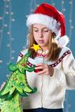 Fille dans le chapeau de Noël Photos stock