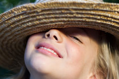 Fille dans le chapeau de paille Photos stock