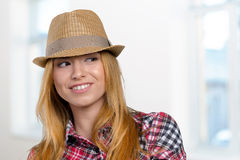 Fille dans le chapeau de paille Photo stock