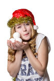 Fille dans le chapeau de Santa tenant la décoration de Noël dans des mains images stock