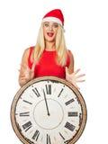 fille dans le chapeau et des horloges de l'aide d'une Santa Photographie stock