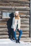 Fille dans le chapeau et des mitaines en hiver Photos stock