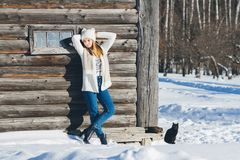 Fille dans le chapeau et des mitaines en hiver Images stock