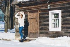 Fille dans le chapeau et des mitaines en hiver Images libres de droits