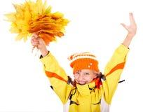 Fille dans le chapeau orange d'automne avec le groupe de lame. Photographie stock libre de droits