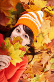 Fille dans le chapeau orange d'automne sur le groupe de lame. Photo stock