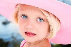 Fille dans le chapeau rose de Sun Photographie stock libre de droits