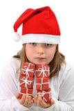 Fille dans le chapeau rouge de Santa avec six présents d'isolement Images libres de droits
