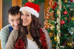 Fille dans le chapeau rouge de Santa et son sourire d'ami Photos libres de droits
