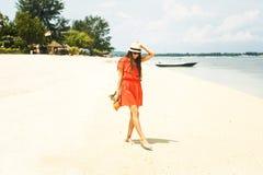 Fille dans le chapeau tenant l'ananas sur la plage Photographie stock libre de droits