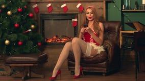 Fille dans le costume de Noël banque de vidéos