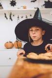 Fille dans le costume de sorcière images libres de droits