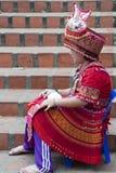 Fille dans le costume ethnique posé près des étapes chez Wat Phra That Doi Suthep photographie stock libre de droits