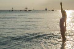 Fille dans le coucher du soleil, Boracay, Philippines Photos libres de droits