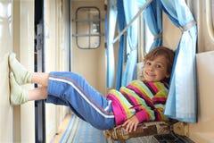Fille dans le couloir du véhicule ferroviaire Photographie stock libre de droits