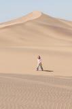 Fille dans le désert Photos libres de droits