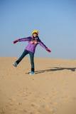 Fille dans le désert Photographie stock libre de droits