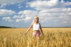 Fille dans le domaine de blé photos libres de droits