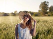 Fille dans le domaine de blé Photographie stock
