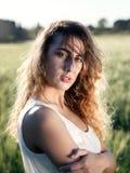 Fille dans le domaine de blé, contre-jour Photo libre de droits