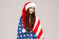 Fille dans le drapeau américain avec un chapeau de nouvelle année Image libre de droits