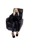 Fille dans le fauteuil avec l'ordinateur portable Image stock