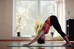 fille dans le gymnase de yoga image libre de droits