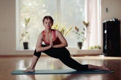fille dans le gymnase de yoga photos libres de droits