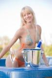 Fille dans le jacuzzi, orientation sur la bouteille de champagne Photographie stock libre de droits