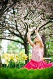 Fille dans le jardin de fleur photographie stock