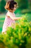 Fille dans le jardin de fleur photo libre de droits