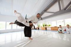 Fille dans le kimono blanc ayant le combat avec son entraîneur photos libres de droits